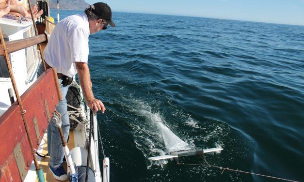 Keith looking at the Manta Trawl_Yatch Boaz_web